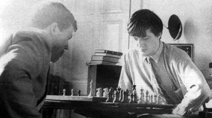 Hugh-Laurie-and-Stephen-Fry-playing-chess-in-Fry's-rooms-at-Cambridge-1980