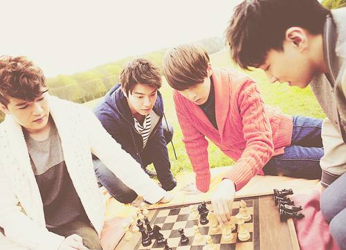 279459-kpopshineecnbluesujub-a-pexoetc-super-junior-playing-chess